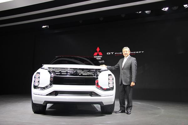 """MITSUBISHI GT-PHEV Concept""是一款定位为新一代跨界SUV最高级车型的概念车,搭载了三菱汽车独有的先进的三电机式插电混合动力EV系统(以下简称PHEV系统)和四轮控制技术。  前脸设计采用了体现守护人与车的""DYNAMIC SHIELD""理念,且展现出强大气场的造型。车身侧面以水平基调来营造的构型,体现出其符合顶级跨界SUV的高品质及行驶安定性。不仅如此,有如从金属钢块之上切割而得的充满肌肉般的厚重车身,即展现了其所凝聚在内的强大力"