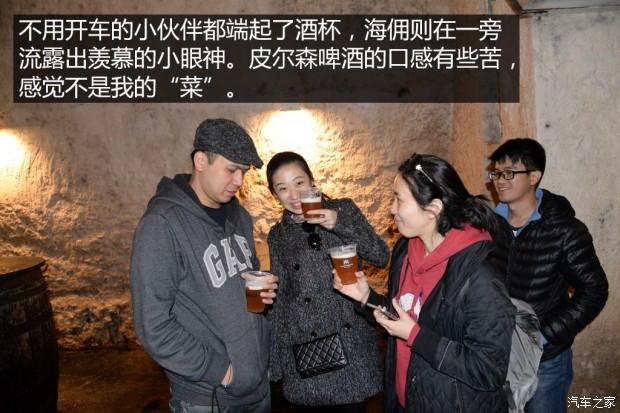 地下酒窖品尝新鲜皮尔森啤酒